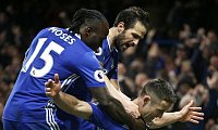 Chelseas Gary Cahill (r) jubelt mit Cesc Fabregas und Victor Moses (l) über sein Tor gegen Southampton. - Foto: Alastair Grant