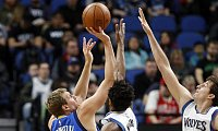 Dirk Nowitzki (l) kam in Minneapolis nur acht Punkte. - Foto: Jim Mone